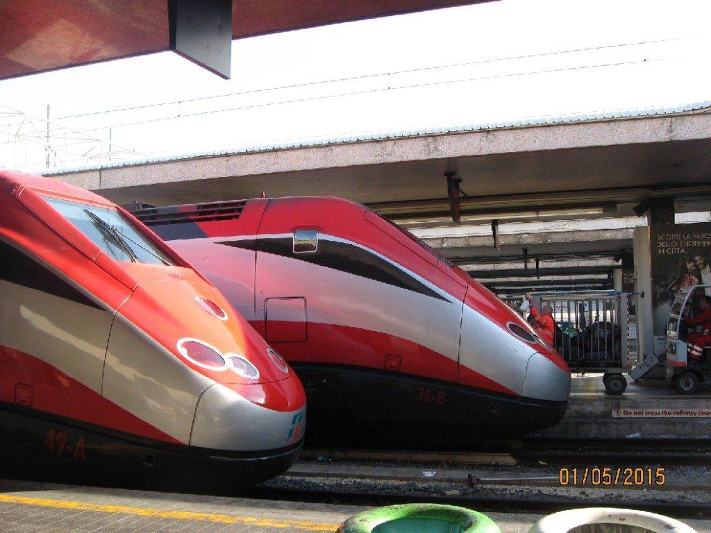 Du freccia rossa, Italijos greitieji traukiniai, pasižymintys savitu aerodinaminiu priekiu.  Kaip keliauti Italijoje traukiniu su kūdikiais ar mažais vaikais: patogumui rinkitės greituosius traukinius, tokius kaip aerodinaminė freccia rossa