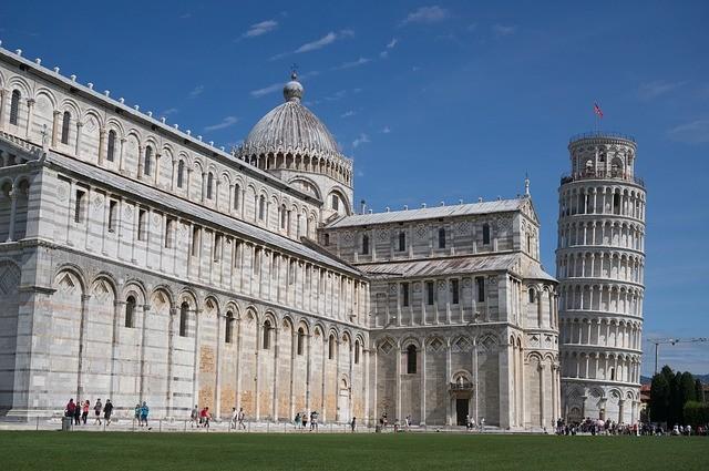 Italijos miestų centrai yra uždaryti praeinančiam eismui.  Jei vairuojate Italijoje, patikrinkite ženklus ir, jei atsidursite netoli didžiojo orientyro (Torre di Pisa, nuotraukoje), galima drąsiai manyti, kad turėtumėte pasukti atgal!
