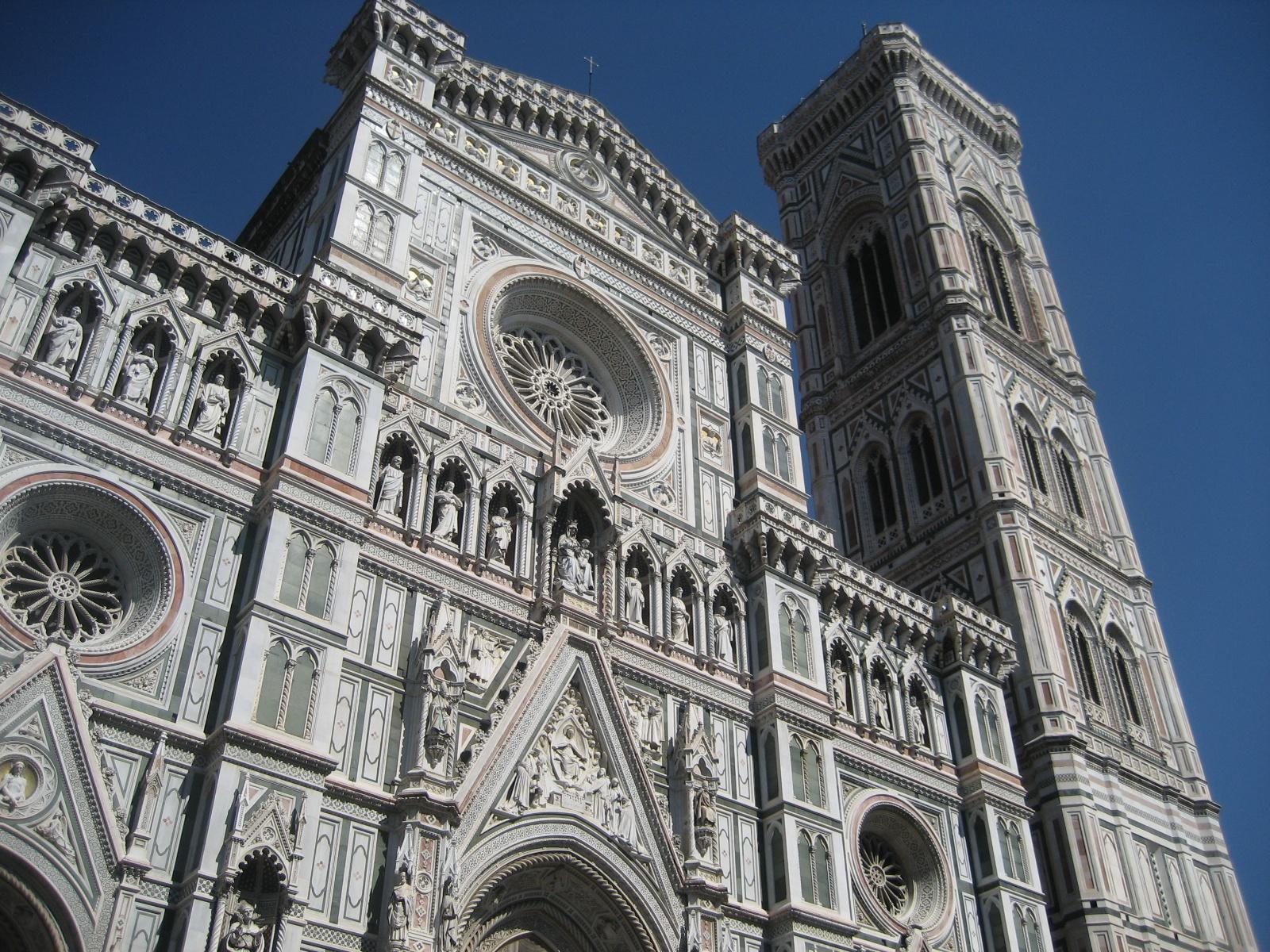 Kas yra Florencijoje vaikams?  Pasivaikščiojimo Florencijos centre metu mes suklupome į Santa Maria del Fiore, Florencijos katedrą ir užburiančius marmurus.  Tie ir arklių vežimėliai lauke, kur labai patiko vaikai
