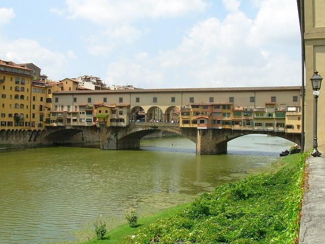 Florencija vaikams;  Ponte Vecchio ir jo parduotuvės su vaizdu į vandenį