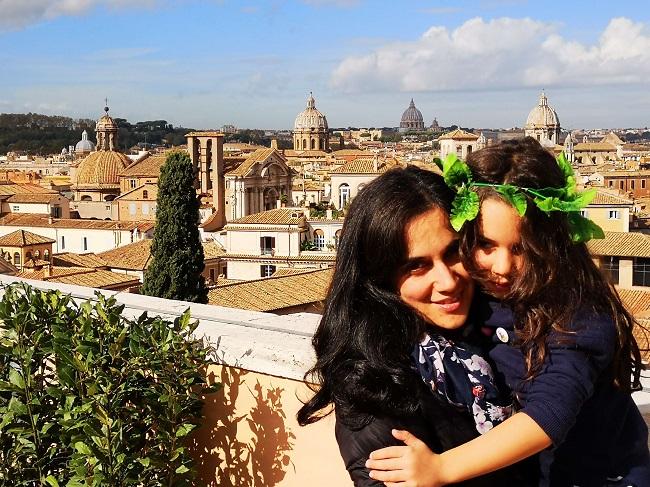"""Aš ir mano dukra pozuojame """"Tapsy Tours"""" apžvalgoje"""