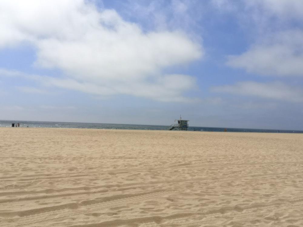 smėlio paplūdimys Los Andžele su gelbėtojo bokšteliu